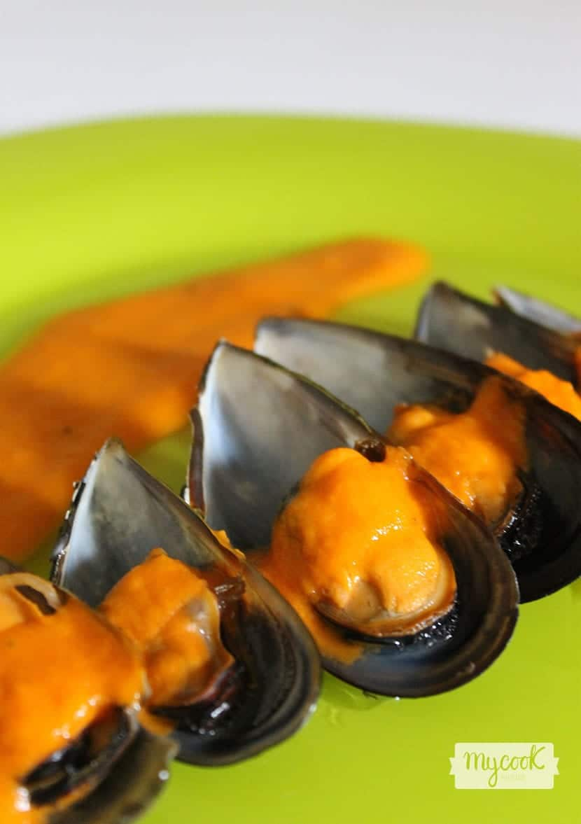 mejillones-al-vapor-en-salsa-de-tomate-de-cerca