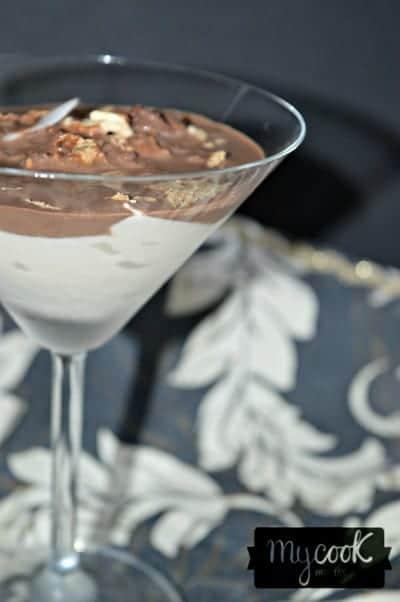 Vasitos de mascarpone con salsa crujiente de chocolate