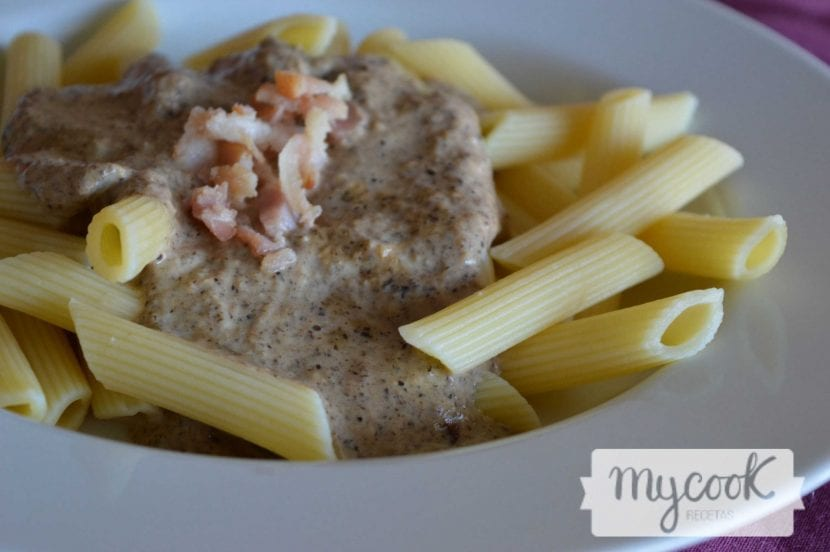 Pasta con salsa de cebolla y champiñón