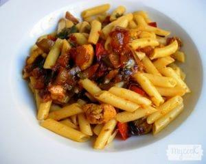 Macarrones con verduras y pinchitos de soja