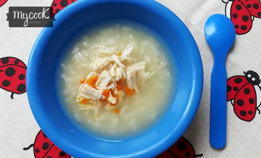sopa de arroz, zanahoria y pollo