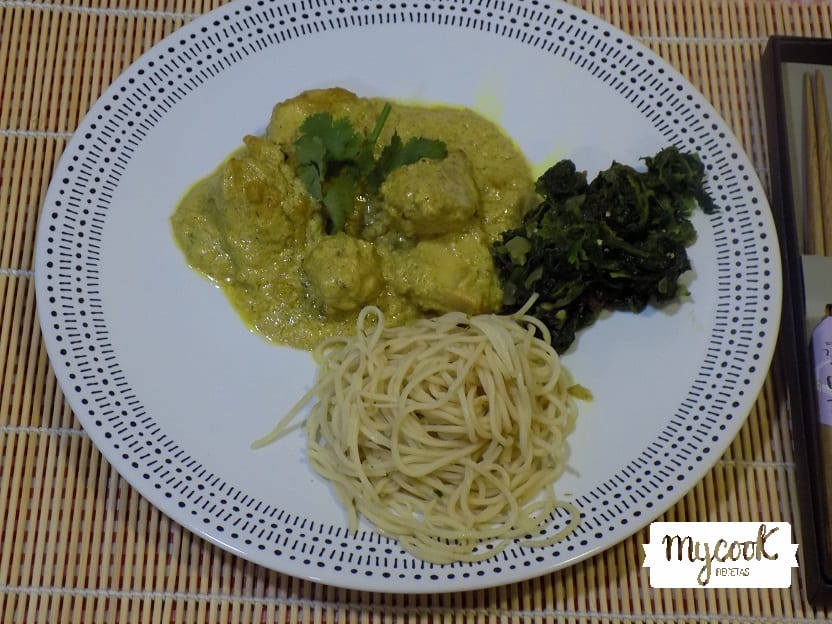 curry de pollo con espinacas y noodles
