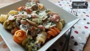pasta-con-calabacín-champiñones-y-frankfurts