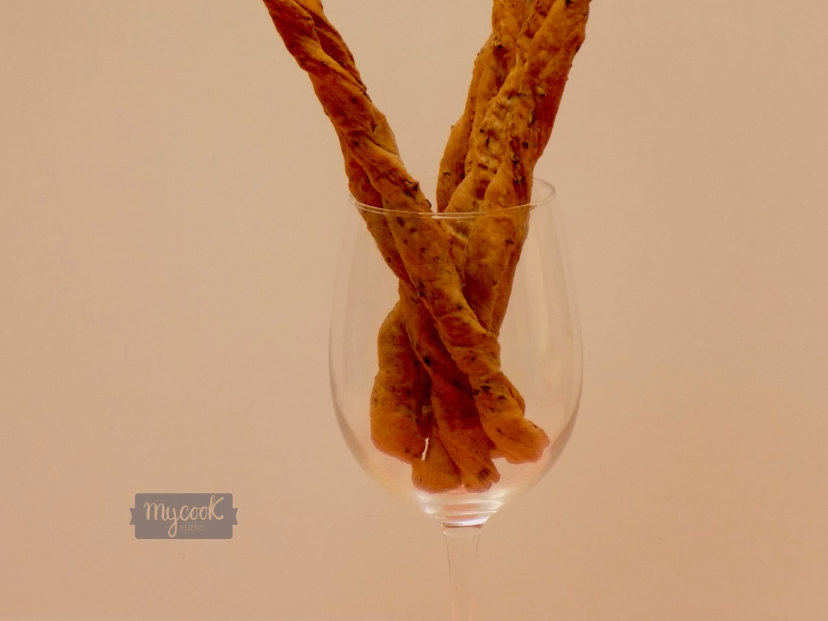 Palitos de pan con romero y aceitunas negras