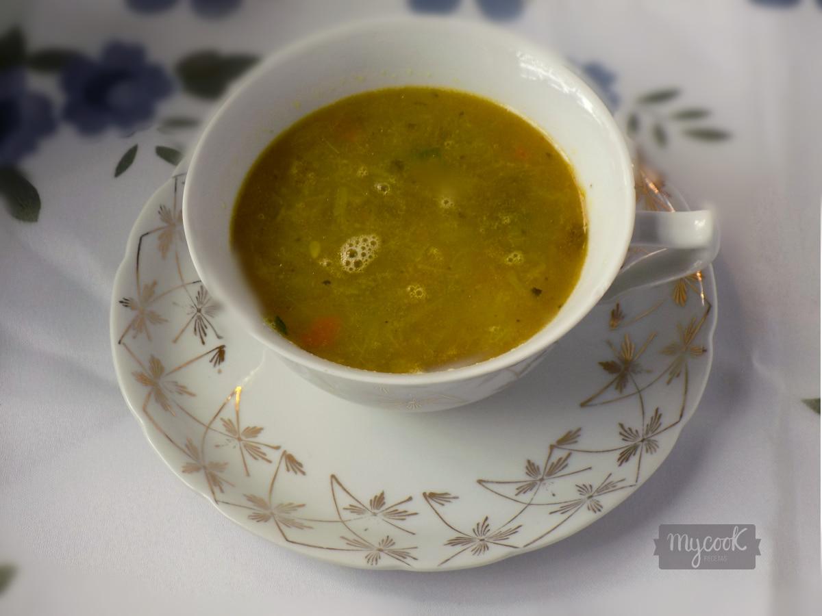 Sopa de fideos y verduras con