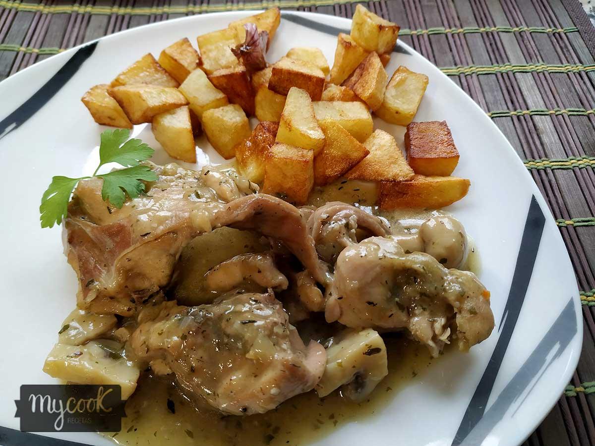 El conejo es una carne blanca muy suave y saludable, se puede preparar de muchas maneras y está riquísimo. Hoy os propongo un conejo en salsa con