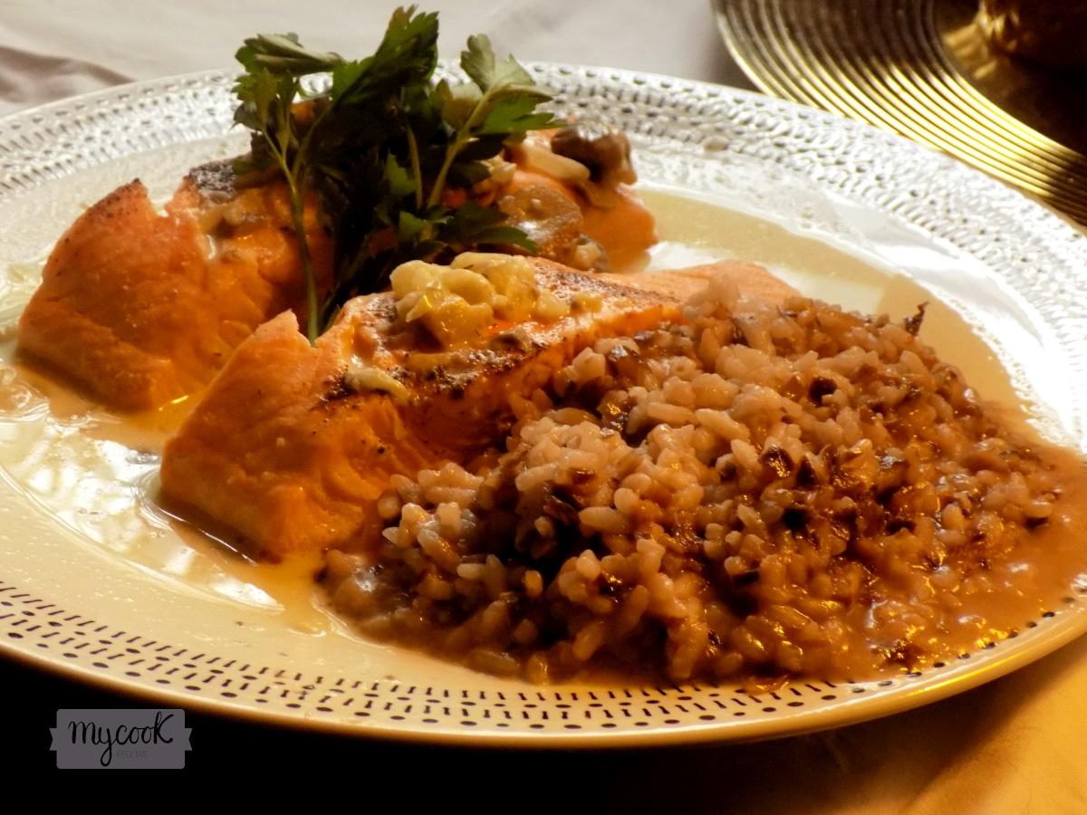 Salmón con salsa de champiñones y risotto