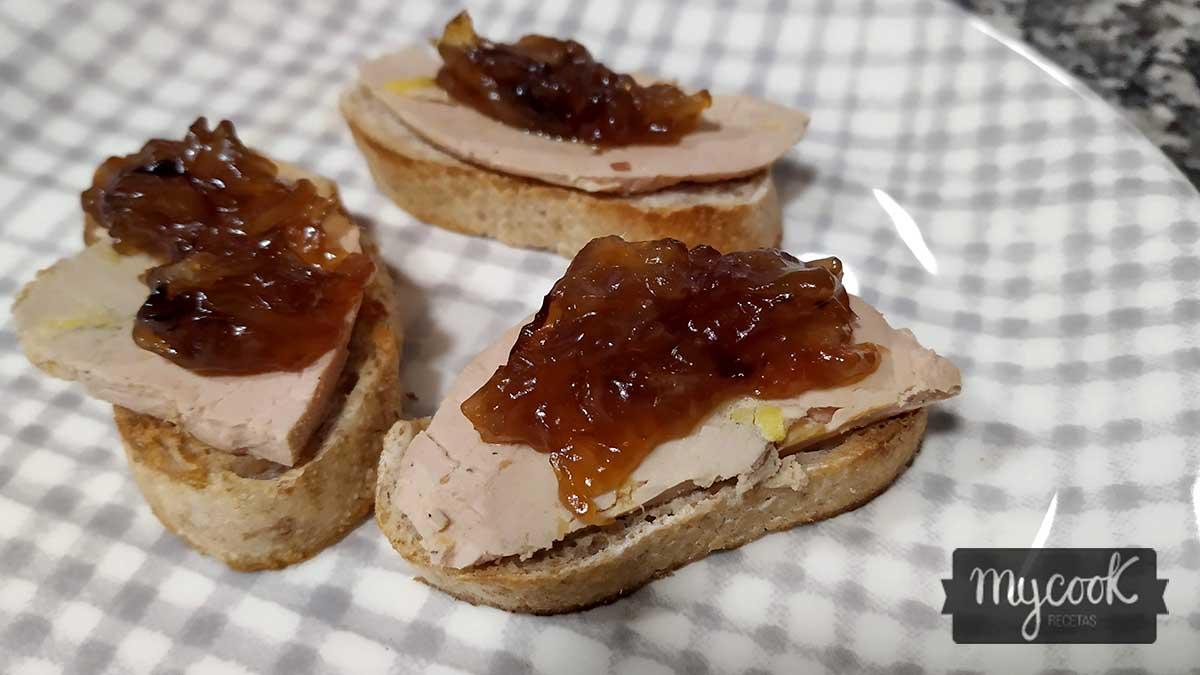 tostas de paté de foie y cebolla caramelizada