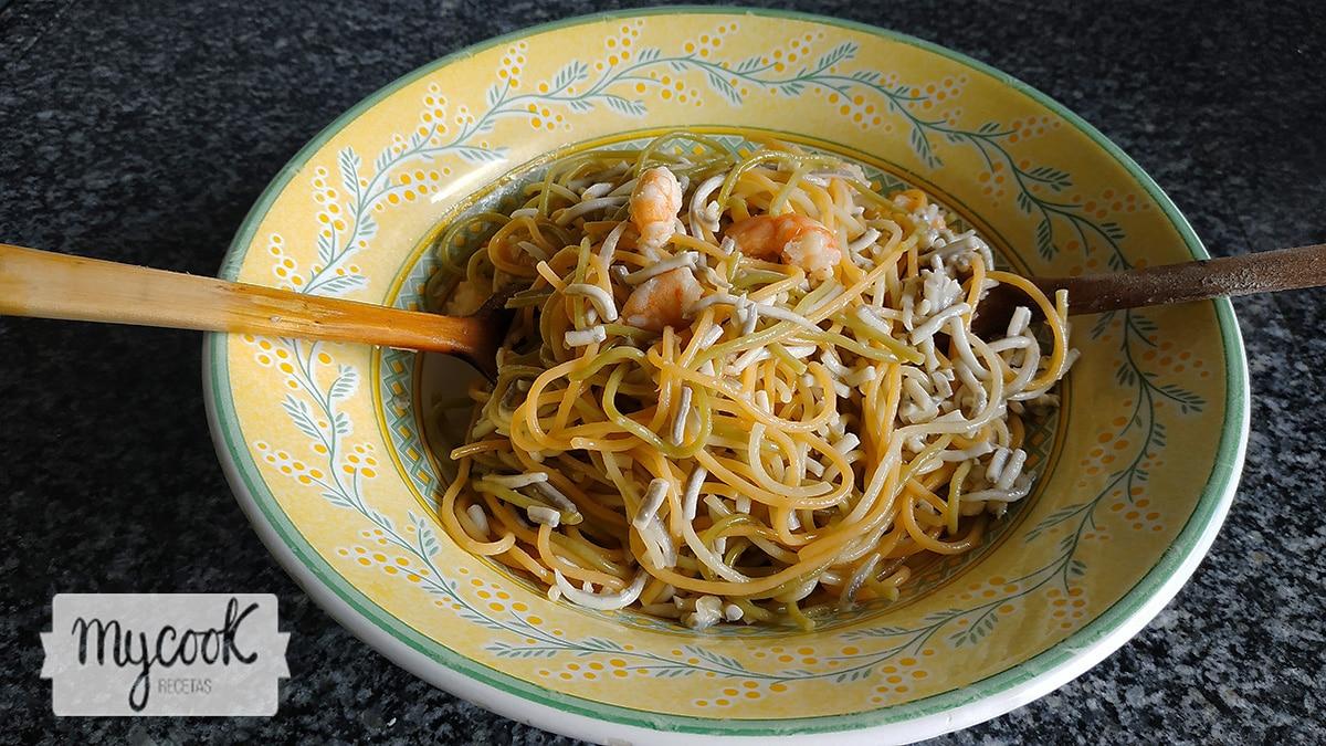 Espaguetis tricolor con gulas y gambas
