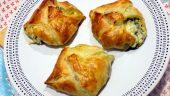 Cuadraditos de hojaldre con espinacas y queso feta
