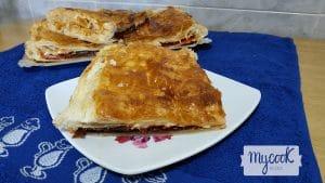 Emapanada de cecina con confitura de pimientos y queso de cabra