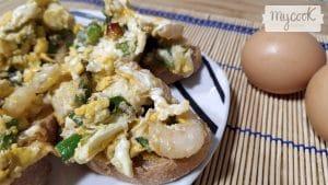 huevos-revueltos-con-espárragos-y-gambas