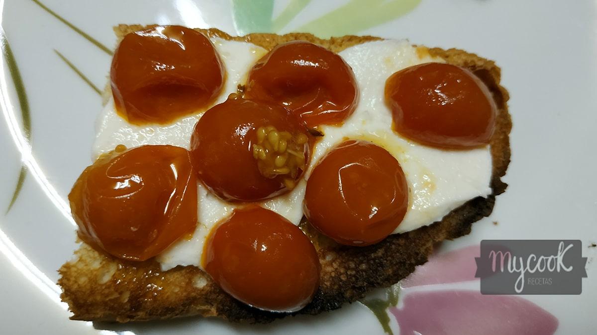 Tostadas de tomates cherry confitados